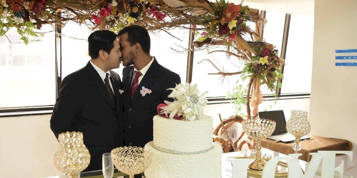VIDEO. ¡Entre pastel y flores! Celebran el primer matrimonio entre dos hombres en Ecuador
