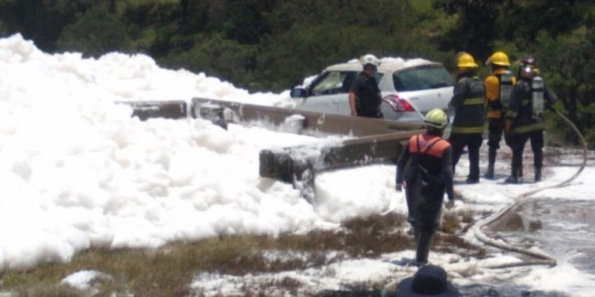 Todo por querer sacarse una selfie: hombre muere tras caer en enorme montón de espuma tóxica que flotaba sobre canal
