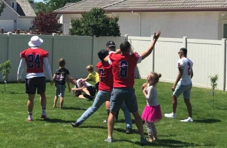 Christian y todo el grupo jugando fútbol americano