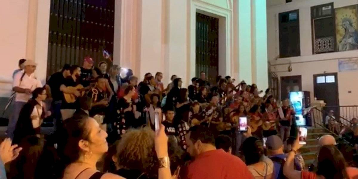 Tuneros encienden a los boricuas frente a catedral de San Juan