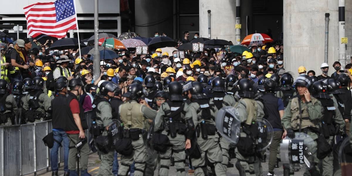 Con gas lacrimógeno y garrotes: policía de Hong Kong enfrenta a manifestantes en marcha no autorizada