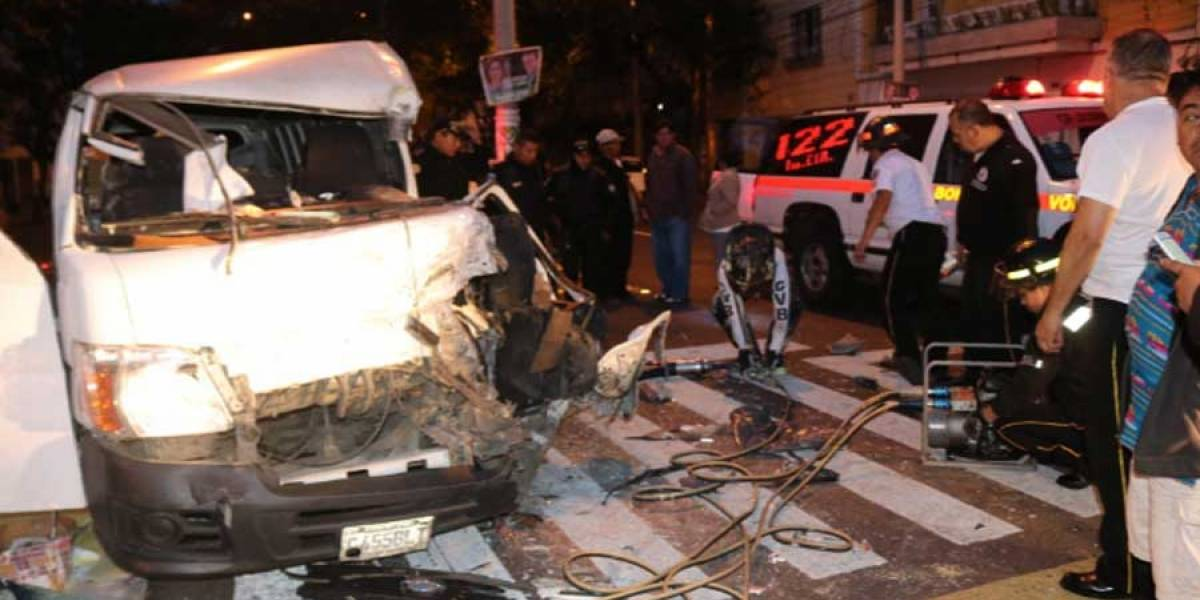 VIDEO. Camión recolector de basura y una panel chocan en Avenida Elena