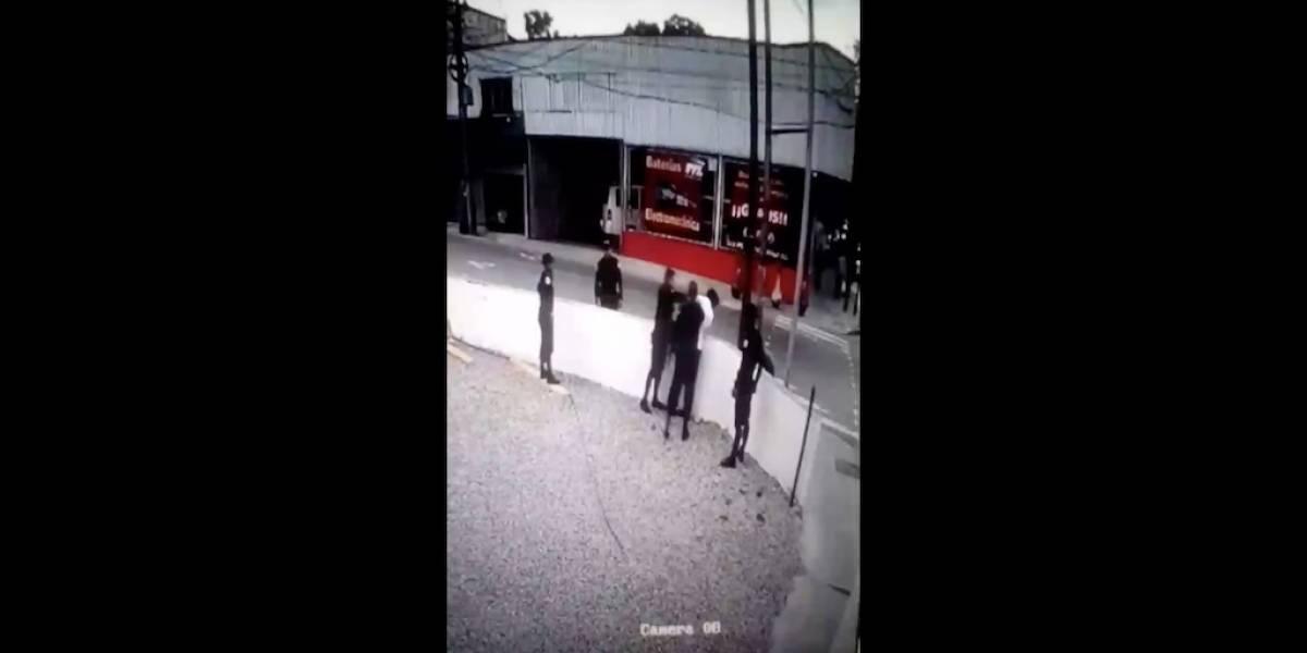 VIDEO. Registran cómo agentes de la PNC agreden a un hombre