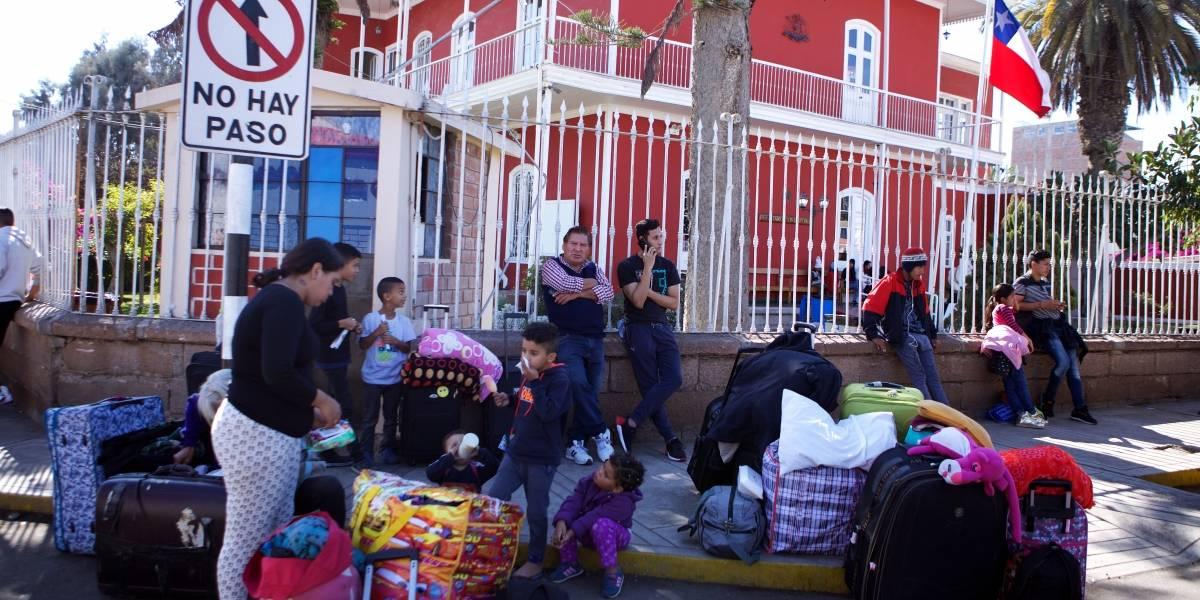 """Crisis migratoria en el norte: gobernador de Tacna amenaza con """"recuperar"""" sede de consulado chileno"""