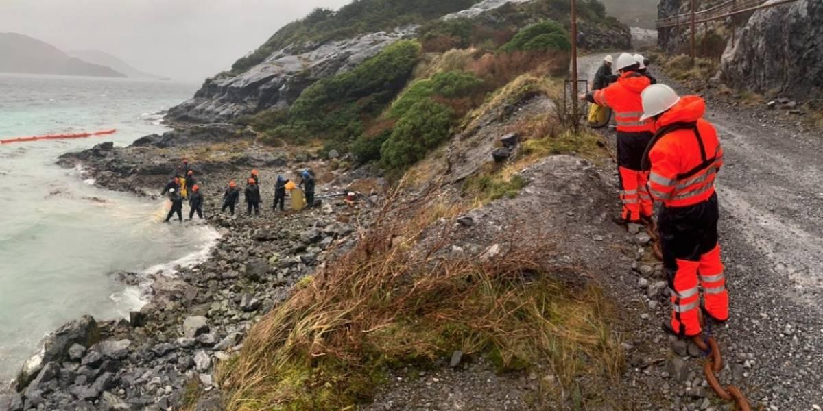 Armada de Chile confirma vasto operativo tras el vertimiento de 40 mil litros de petróleo en Isla Guarello