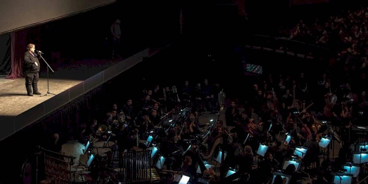 Guillermo del Toro recibe ovaciones y piropos durante conciertos en Guadalajara