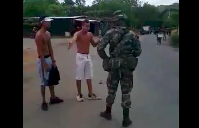 Dos jóvenes agreden con piedras a un militar y uno de ellos terminó muerto
