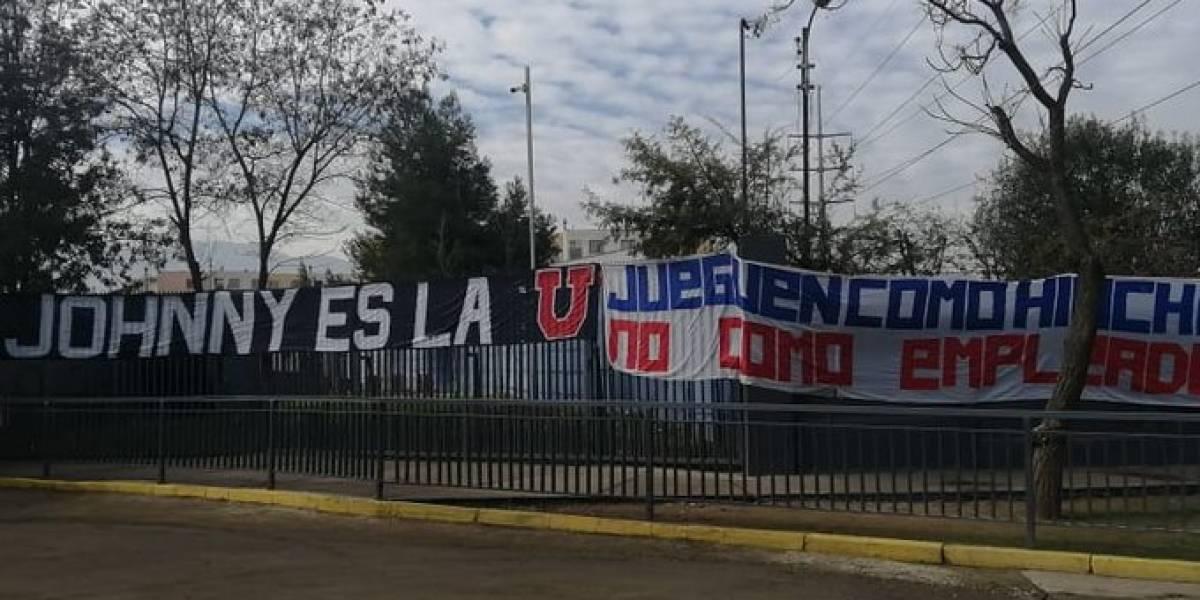 """""""Jueguen como hinchas, no como empleados"""": Fanáticos de la """"U"""" explotan contra el equipo y defienden a Johnny Herrera"""