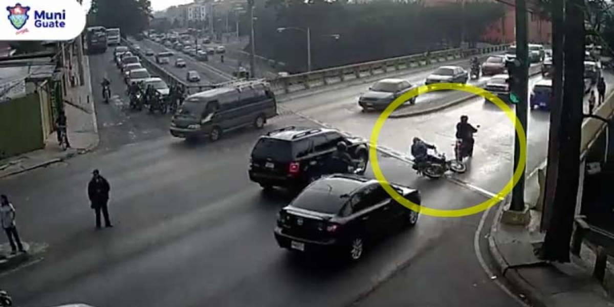 VIDEO. Motociclista cae tras ser remolcado por otro motorista y se salva de ser atropellado