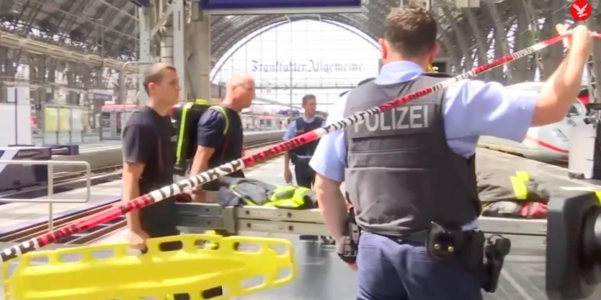 Mãe e filho são empurrados em trilho de trem na Alemanha; criança morreu