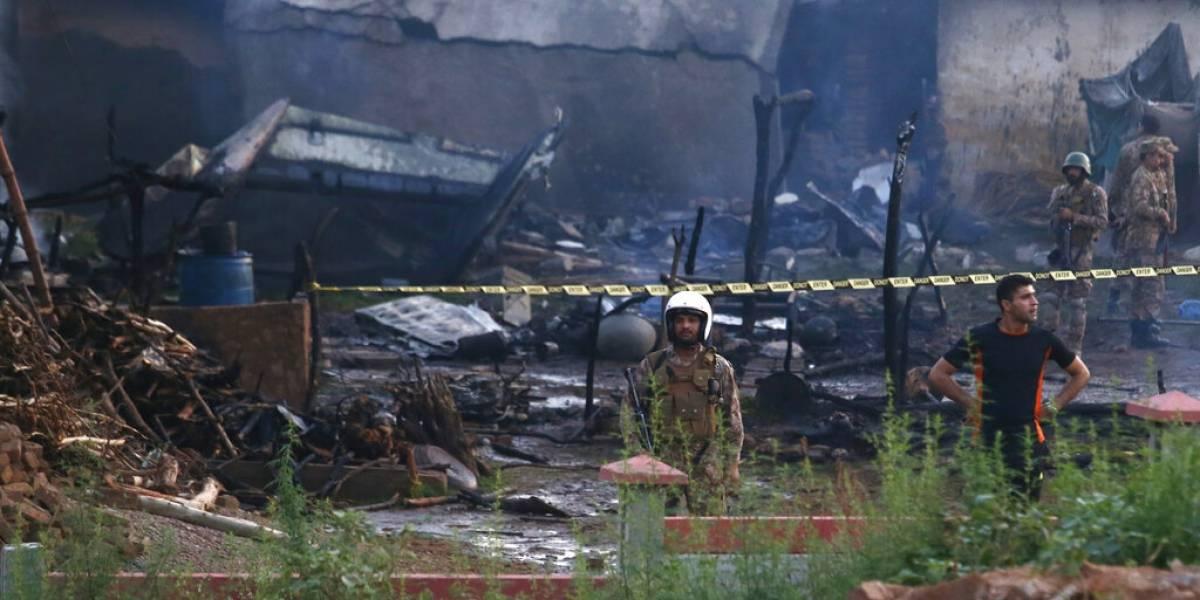 Tragedia en Pakistán: avión militar cae sobre viviendas tras vuelo de entrenamiento y deja 17 víctimas fatales