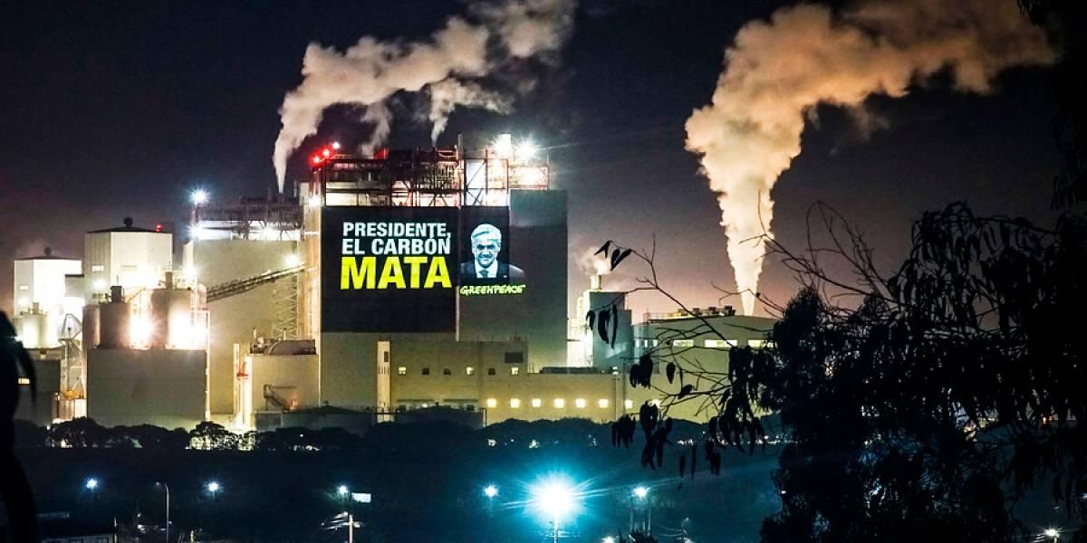 La jugada y llamativa protesta de Greenpeace en Quintero-Puchuncaví: proyectó imágenes en planta de AES Gener