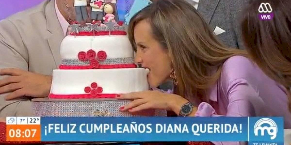 ¡Mordió la parte equivocada! Diana Bolocco protagoniza gracioso chascarro en el día de su cumpleaños