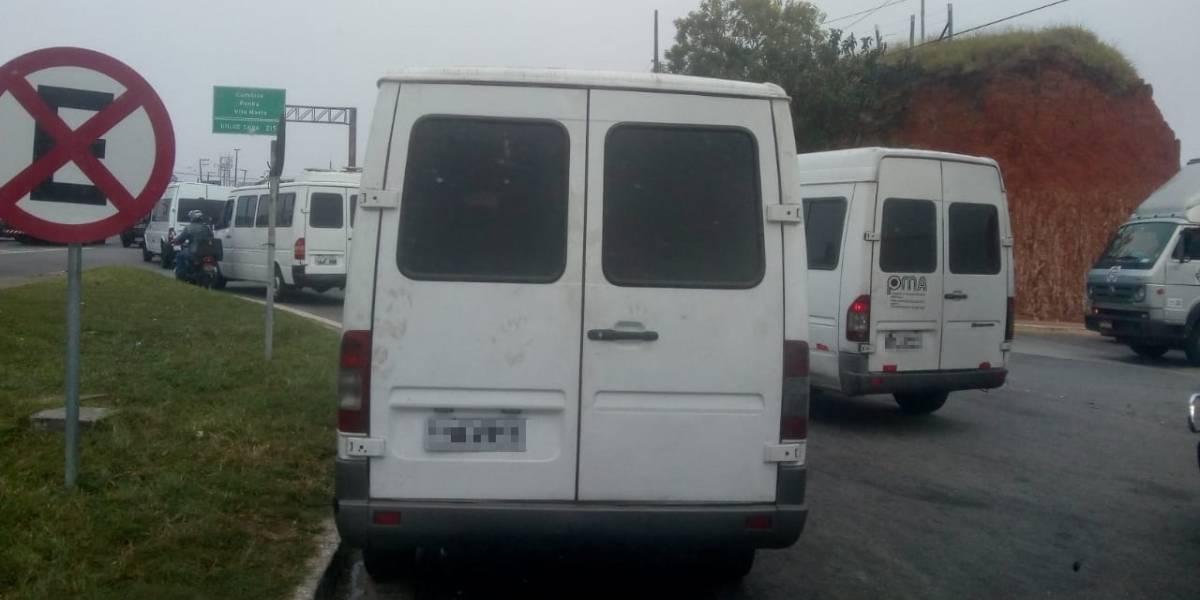 Carreata de vans bloqueia Dutra contra lei que agrava penalidade para transporte irregular
