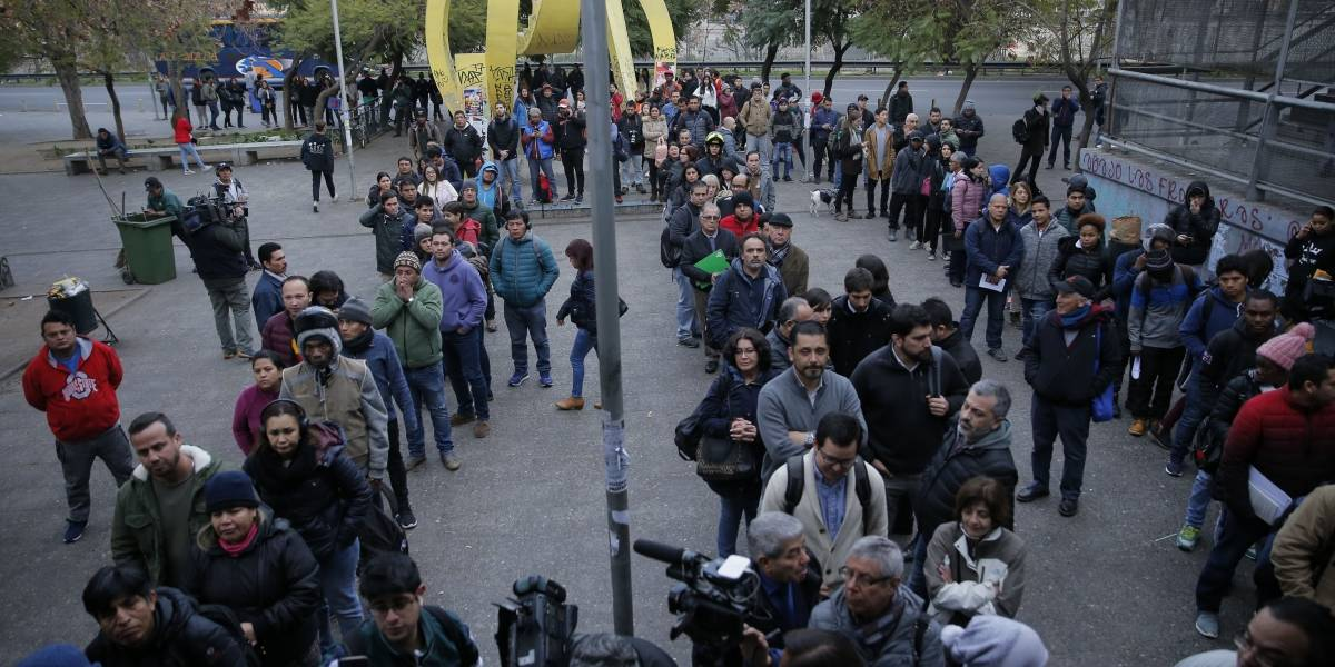 """Filas y demora en el primer día de movilización en el Registro Civil: trabajadores anuncian que """"irá en escalada día a día"""""""
