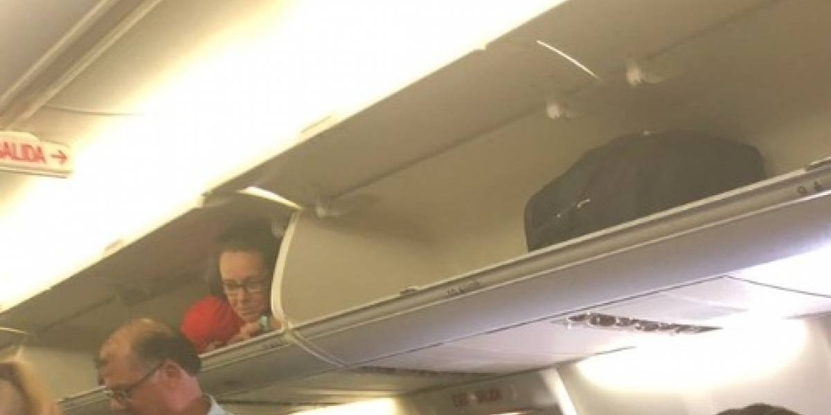 """""""No puedo superar lo raro que fue esto"""": pasajera iba a guardar la maleta en compartimento de avión y se encuentra con inesperada sorpresa"""
