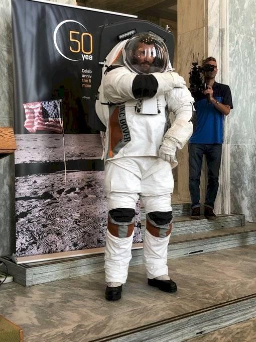 Este podría ser el nuevo traje espacial que la NASA utilizaría para volver a llegar a la Luna en 2024