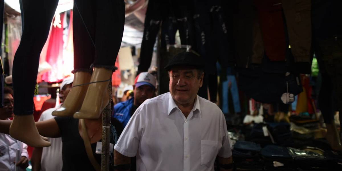 Giammattei es recibido con mariachis y cohetes en el mercado El Guarda