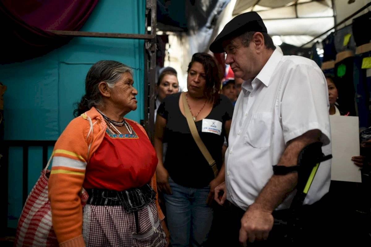 Alejandro Giammattei, candidato a la presidencia por el partido Vamos, recorrió el mercado El Guarda, en la zona 11. Edwin Bercián