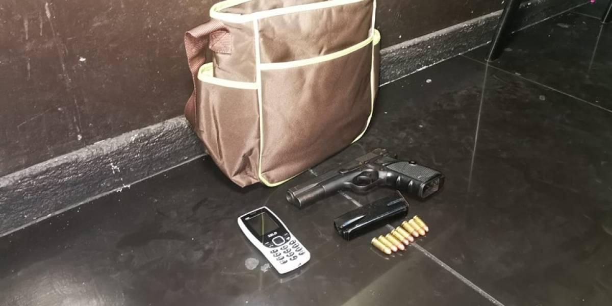 Detienen a mujer que trasladaba arma de fuego en una pañalera