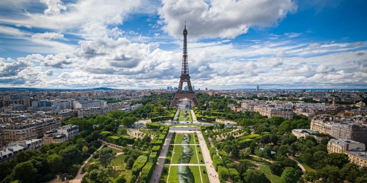 Graffiti gigante sobre pasto adorna París