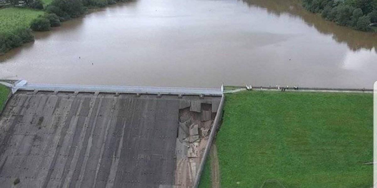 """""""Una amenaza significativa para la vida"""": represa con 1,3 millones de toneladas de agua amenaza con estallar en Reino Unido y provoca la evacuación de una ciudad"""