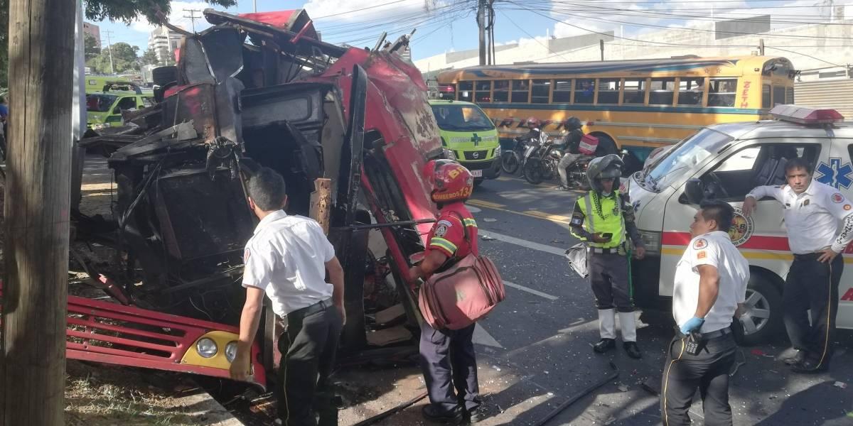 VIDEO. Bus de la ruta 65 vuelca en la avenida Hincapié, zona 13