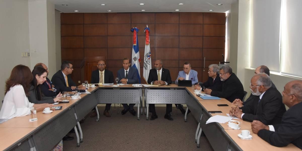 Ministro de Trabajo se reúne con representantes de gremios del Sector Salud
