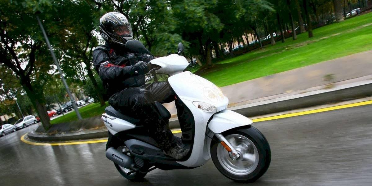 ¿Cómo conducir en moto con las calles mojadas?