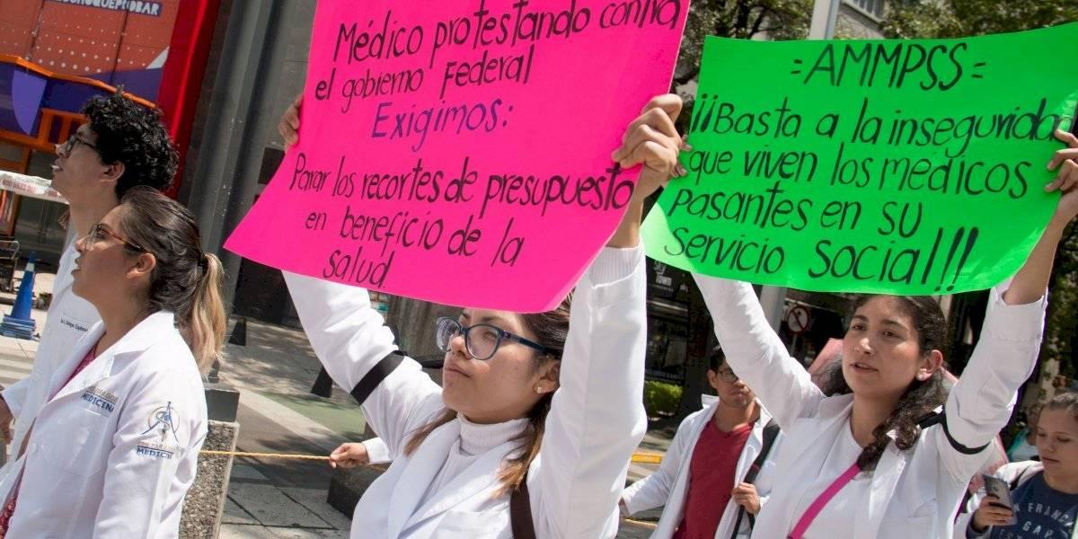 Se respetarán derechos de pasantes de medicina en servicio: Salud
