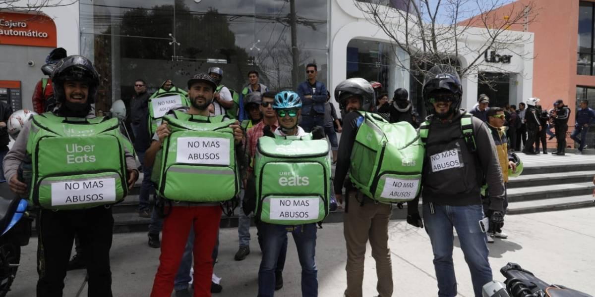 Quito: Repartidores de Uber Eats rechazan la reducción en el pago de entregas a domicilio
