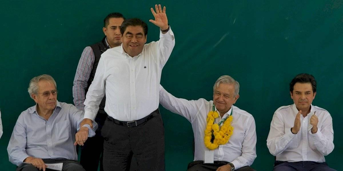 AMLO pide aplauso para Barbosa en primer acto público como gobernador