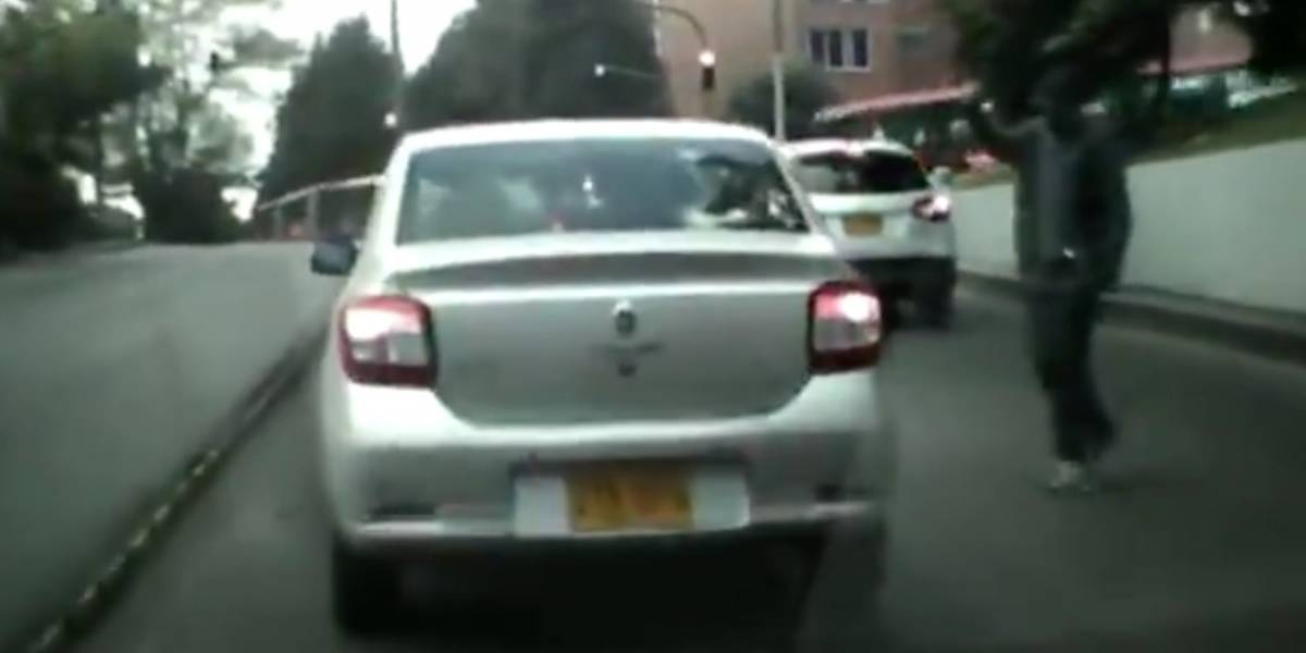 (VIDEO) Así se roban los espejos de los carros en el túnel de Caracas con 80, en Bogotá