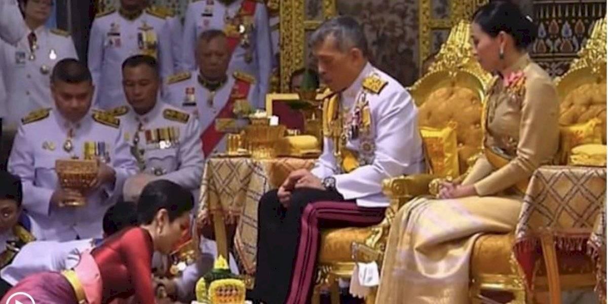 """El rey de Tailandia nombró a su """"amante oficial"""" sólo tres meses después de casarse"""