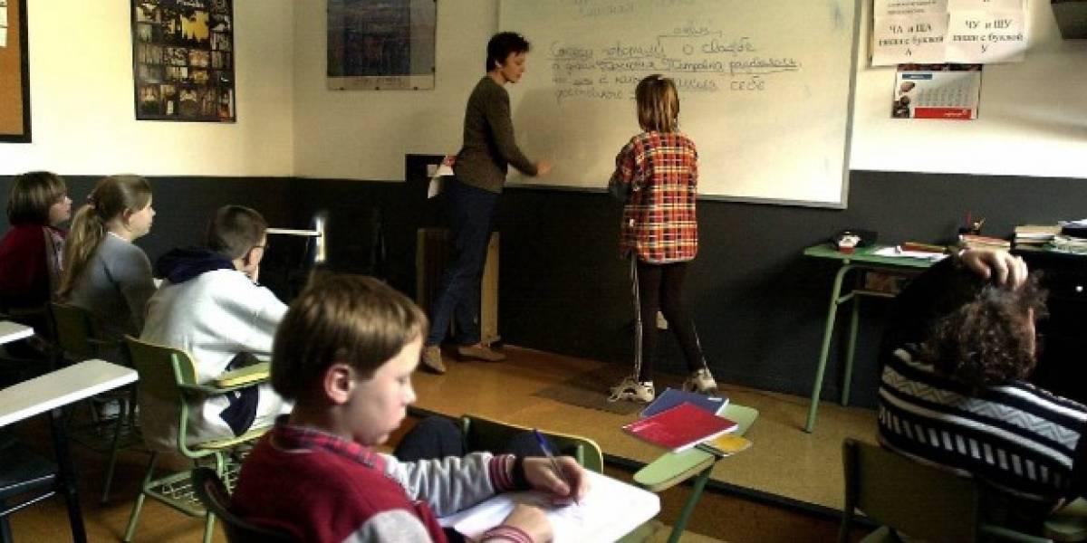 (FOTO) Profesor encerró la cabeza a estudiantes con cajas de cartón para evitar que se copien