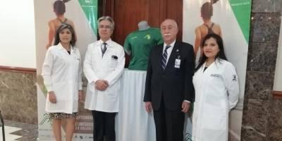 Presidente de Solca (núcleo capitalino), Jorge Cevallos Jácome, junto con doctores