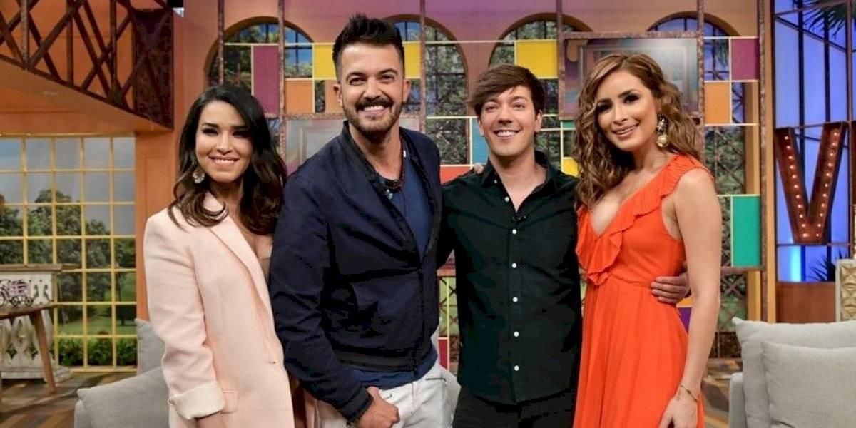 VIDEO. Roger González toca los senos de Cynthia Rodríguez en pleno programa