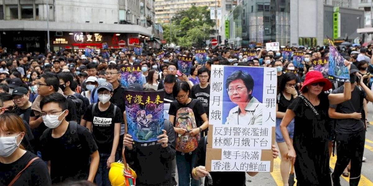 Miles de personas salieron a las calles: siguen las protestas en Hong Kong y manifestantes lanzan bandera china al agua