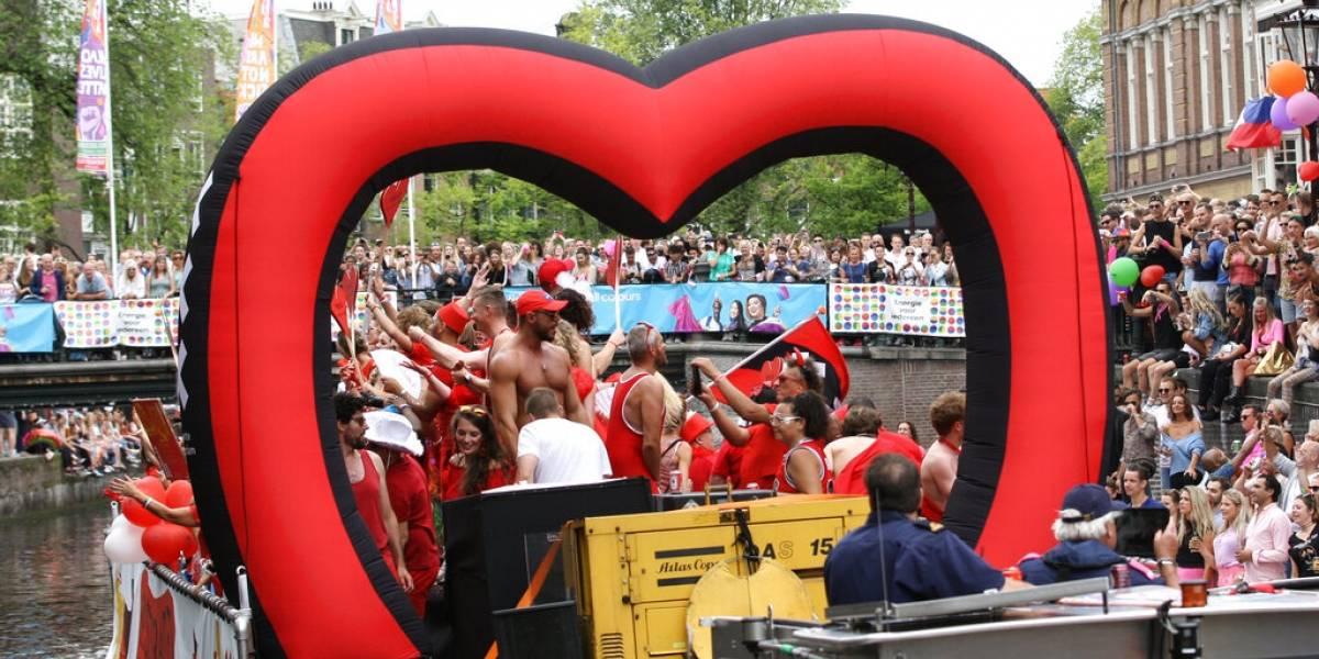 Amsterdam festeja orgullo gay con colorido desfile en botes