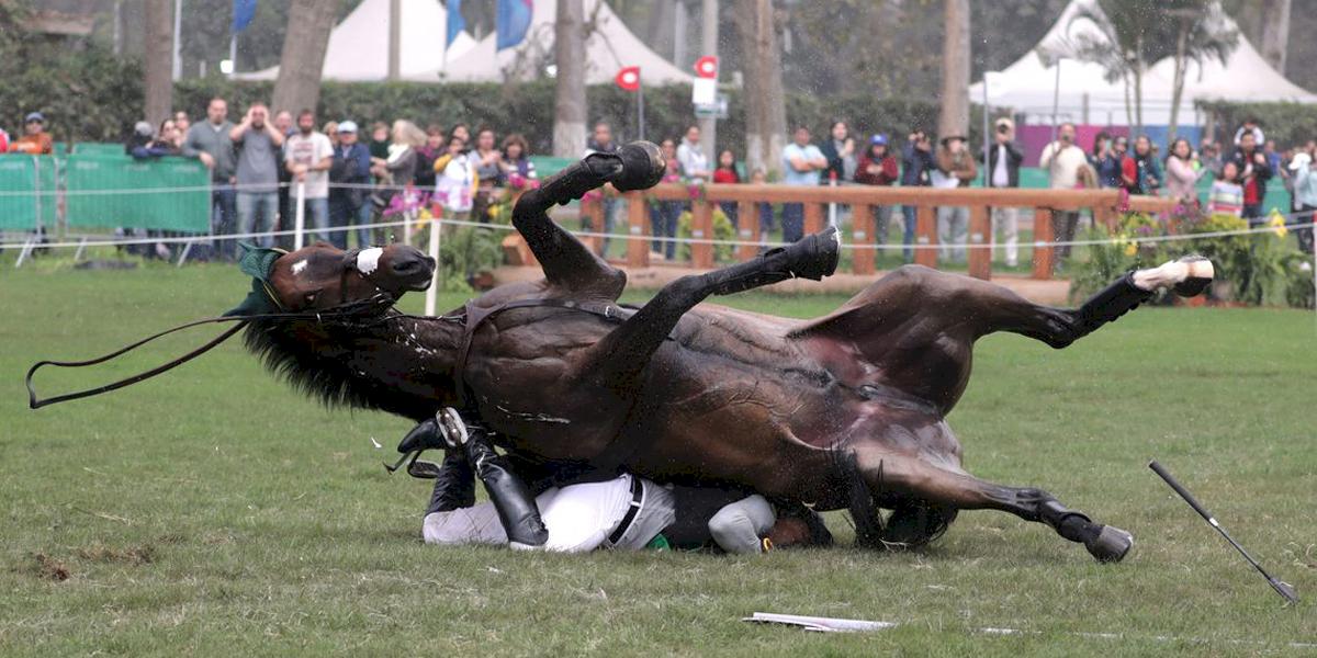 Susto no hipismo: Cavalo cai em cima de atleta brasileiro em prova do Pan-Americano