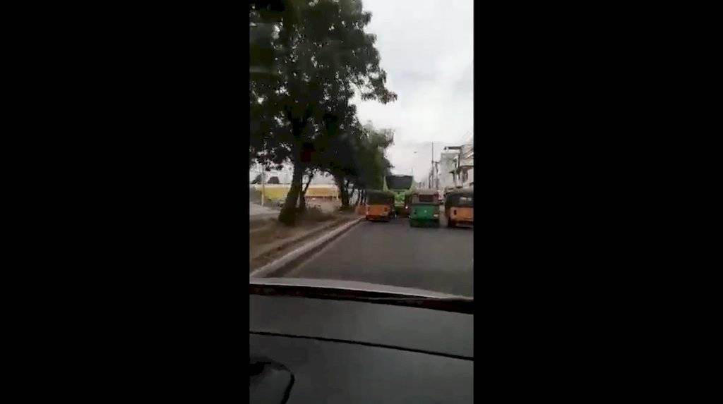 Filman a conductor de tuc tuc cometiendo imprudencias en tránsito de vehículos en la zona 18. Foto: Facebook