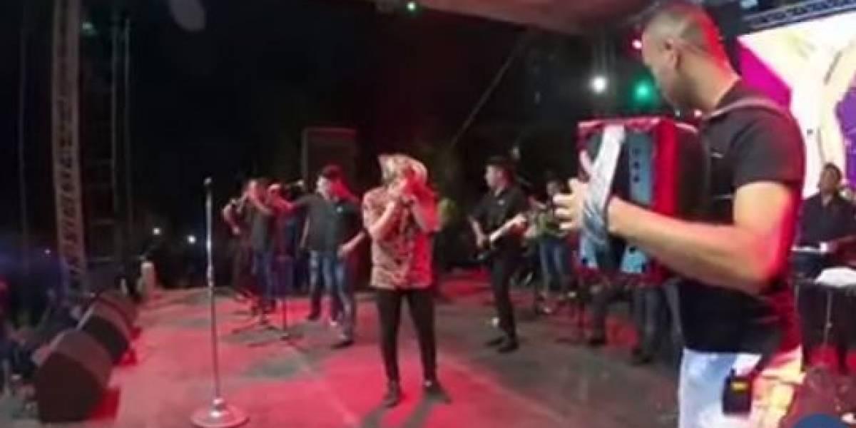 (VIDEO) Famoso cantante de música vallenata se quedó sin voz en medio de un concierto