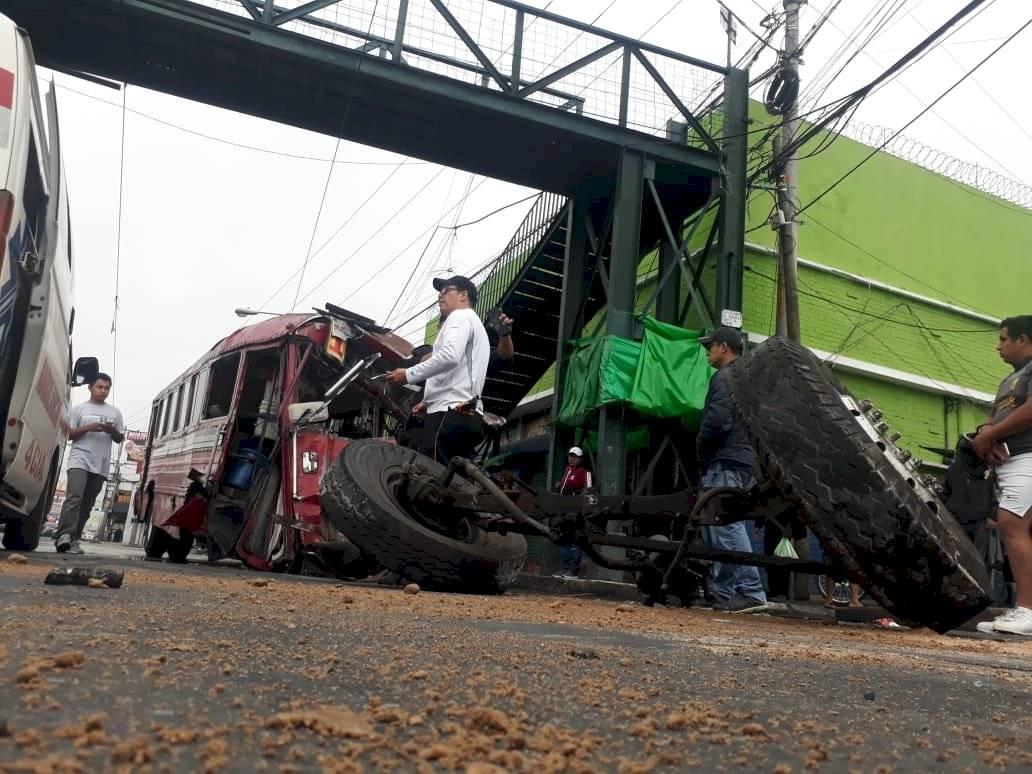 El accidente de bus, por el momento, ha dejado solo daños materiales.