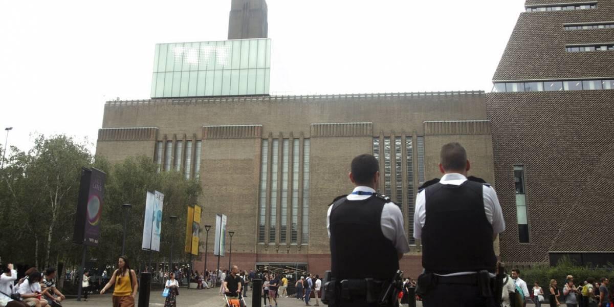 La madre vio horrorizada la situación: joven arroja a niño de seis años desde el décimo piso del Tate Modern de Londres