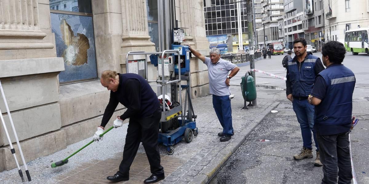 """Multan a vecinos que limpian las veredas """"fuera de horario"""" en Valparaíso"""