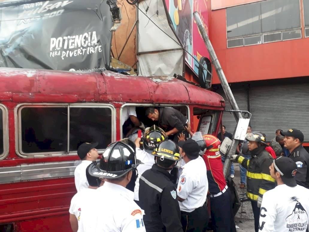 Los bomberos tardaron 25 minutos en rescatar al piloto del bus.