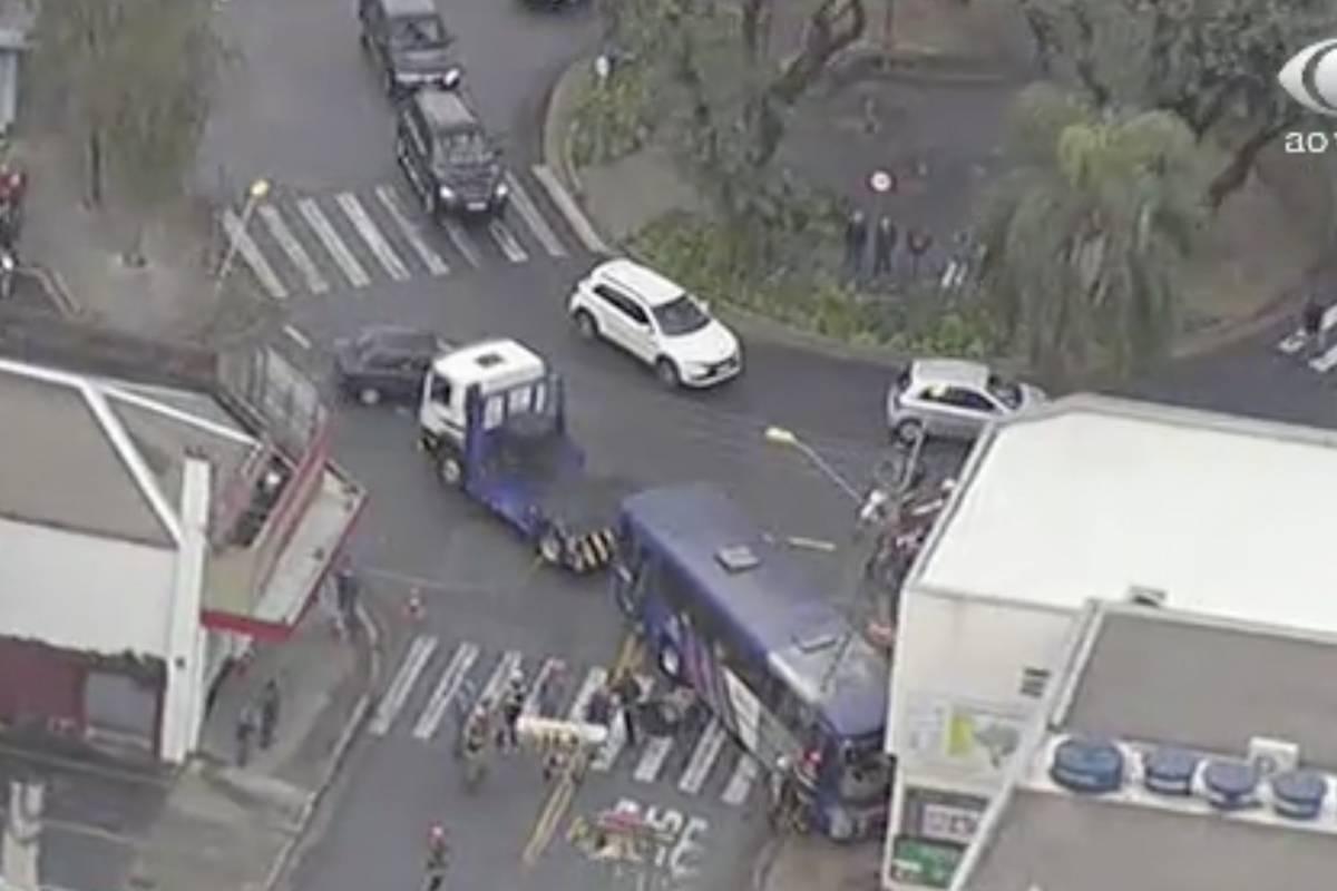 Ônibus Invade Loja Em Santo André E Motorista Fica Preso