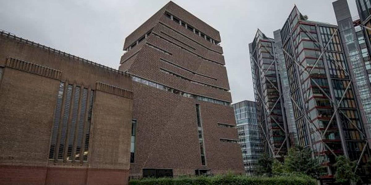 """""""Acaba de lanzarlo al vacío"""": los minutos de terror luego que adolescente empujara a niño desde el décimo piso de museo en Londres"""