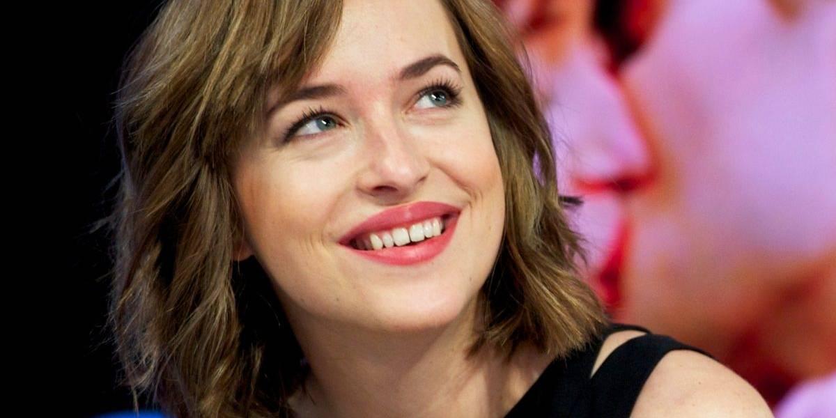 Fãs de Dakota Johnson estão em 'luto' após atriz consertar espaço entre os dentes
