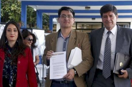 Paúl Jácome (c), de la Mesa por la Verdad, pidió copias de los correos de Martínez